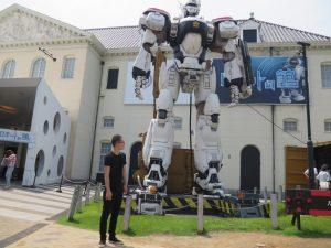 ロボット館の前で。大きくてかっこいい
